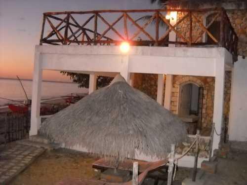 bungalow pied dans l`eau a majunga madagascar